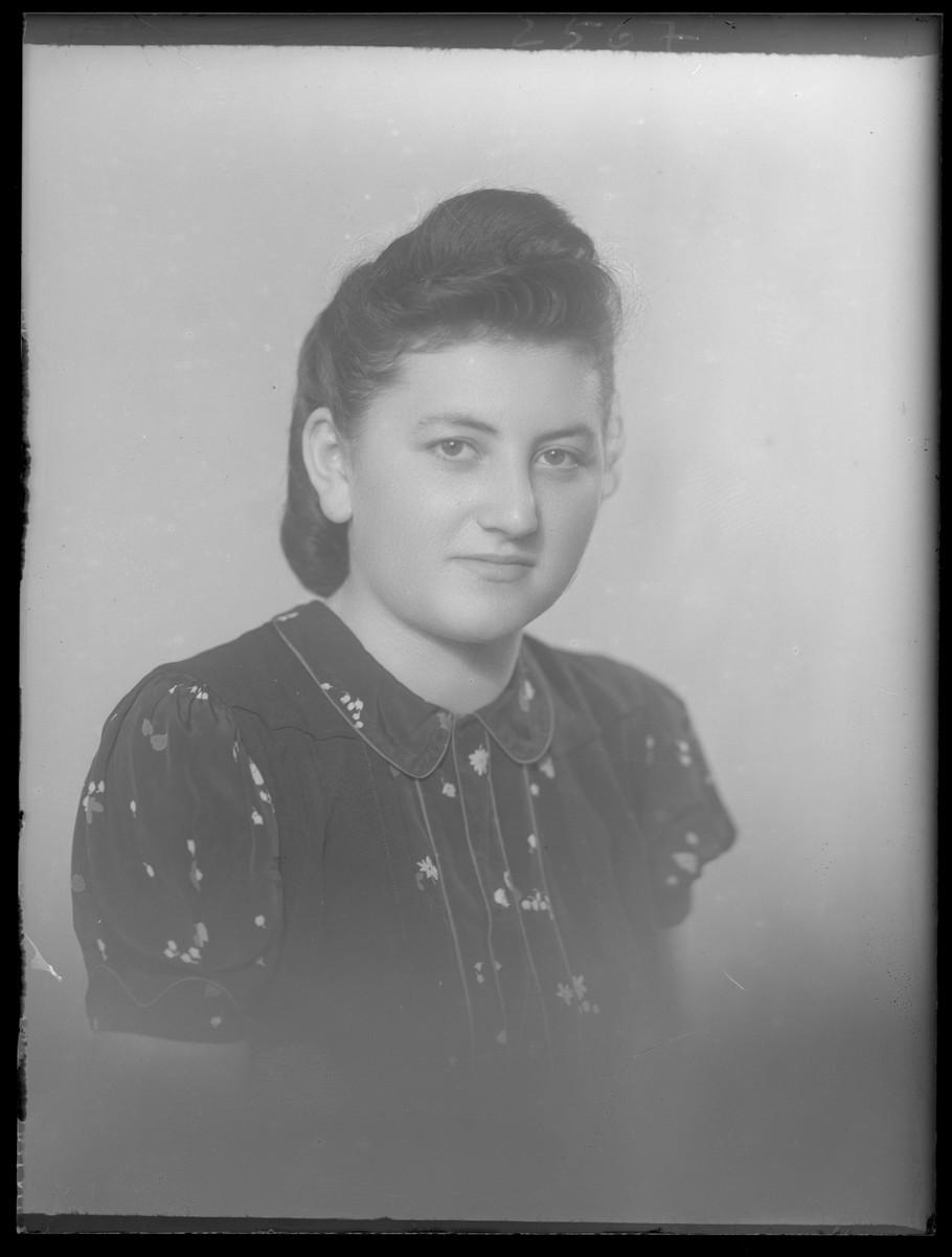 Studio portrait of Lili Herskovits.