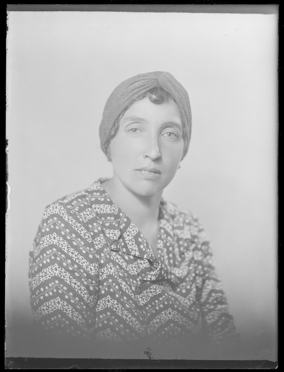 Studio portrait of Aronne Iszak.