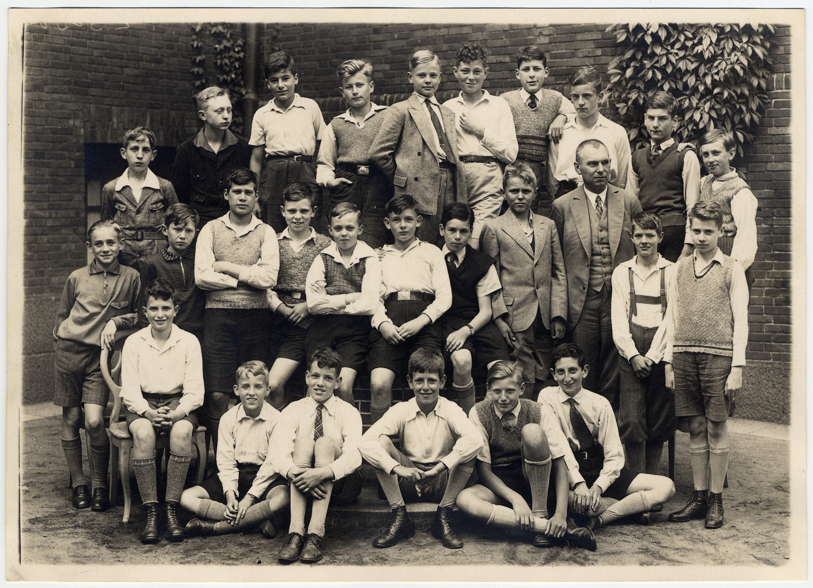 Portrait of a boy's class in Hamburg, Germany with both German and Jewish students.  Among those pictured is Werner John Bing.