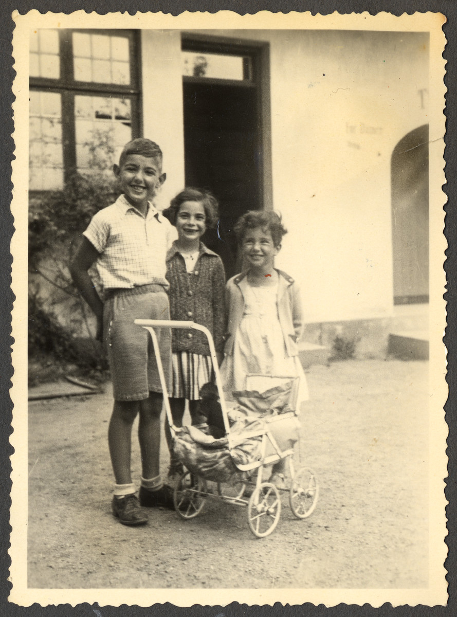Franz Liebermann, a German-Jewish child, poses with two other friends.  Pictured in the center is Gerda Mannenberg.
