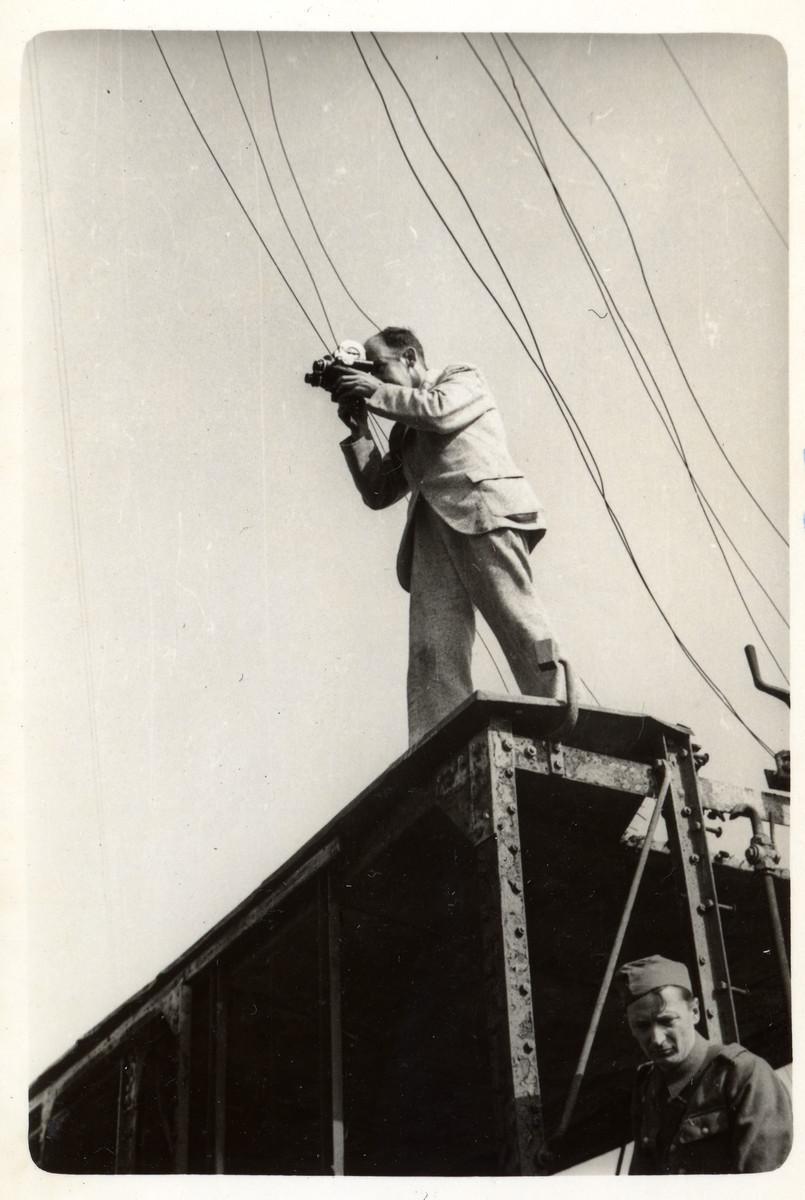 Julien Bryan films scenes in besieged Warsaw.