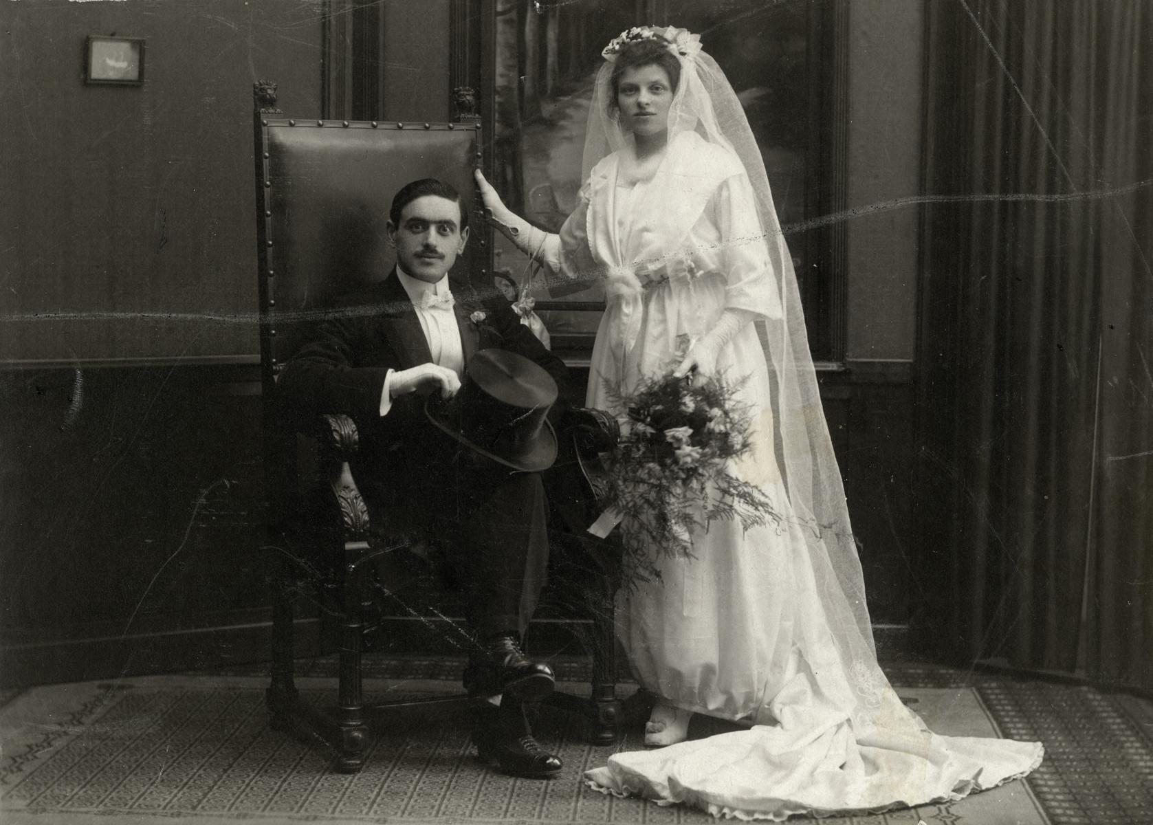 Wedding portrait of Marcus (Max) Kok and Julie Kok Vleeshouwer.