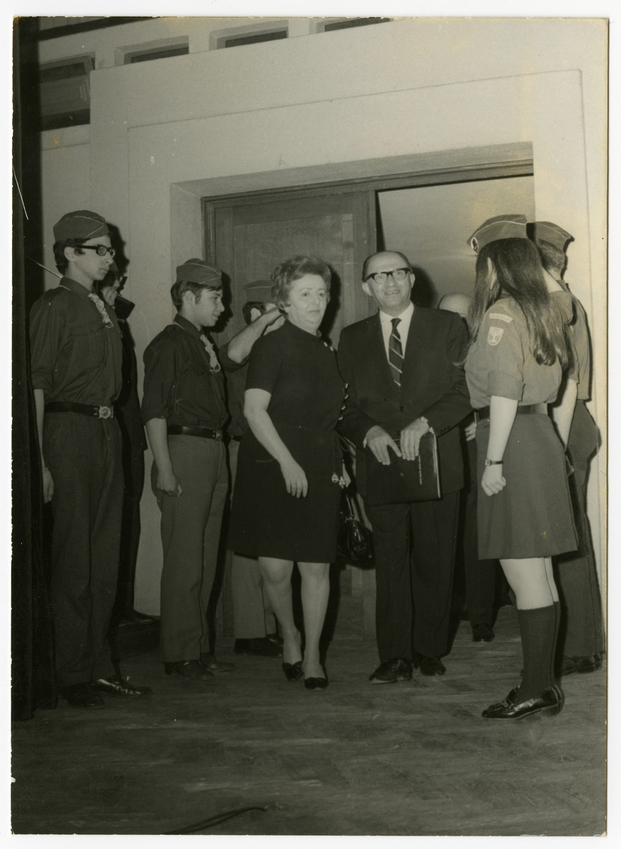 Fela Perelman meets with Menachem Begin surrounded by Zionist youth.