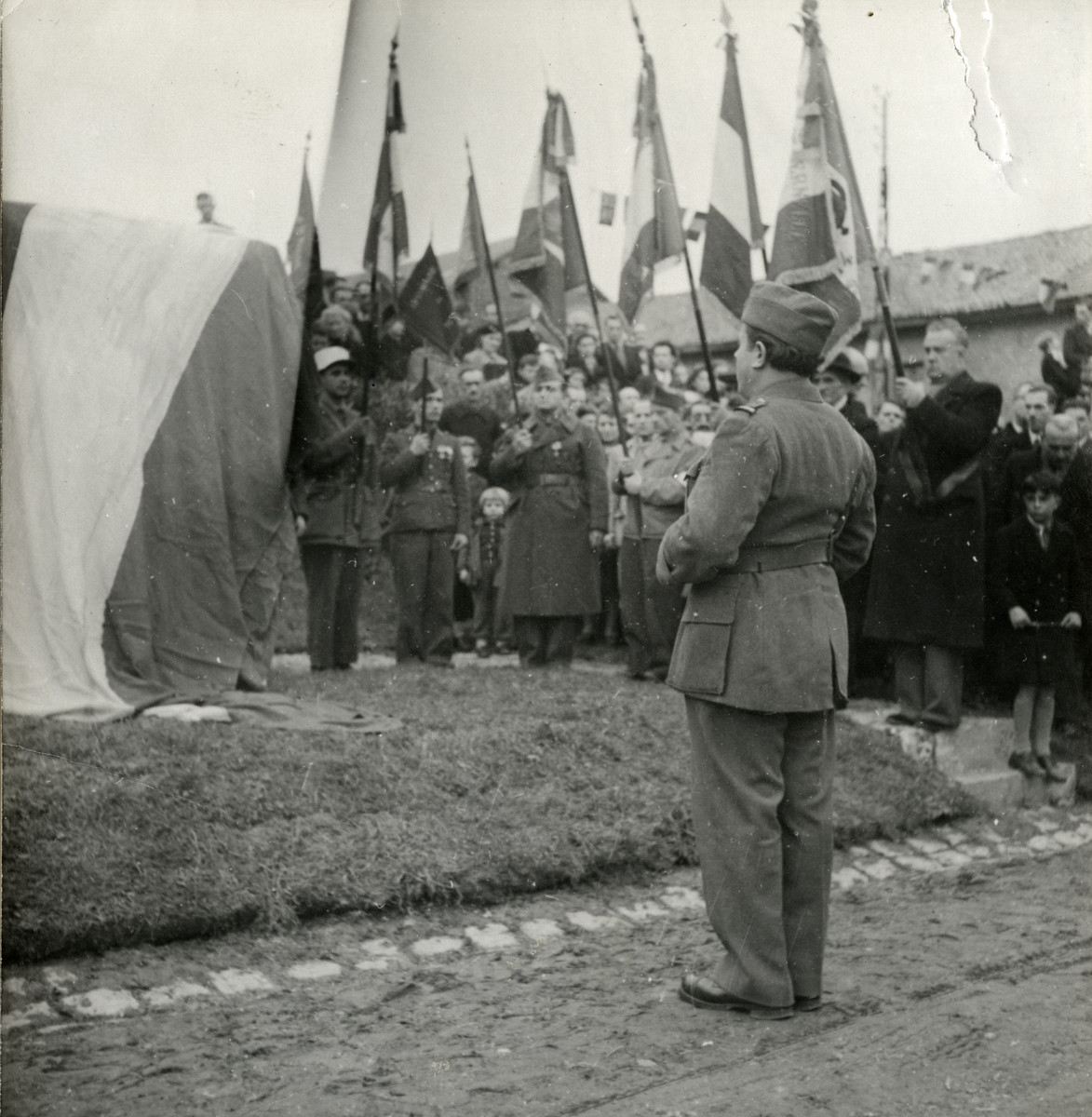 Victor David Tulman addresses other members of the Free French Forces.