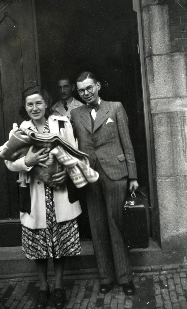 Ephraim and Johanna Rosenbaum leave the Portuguese Israelite Hospital (PIZ) with their newborn daughter Betty.