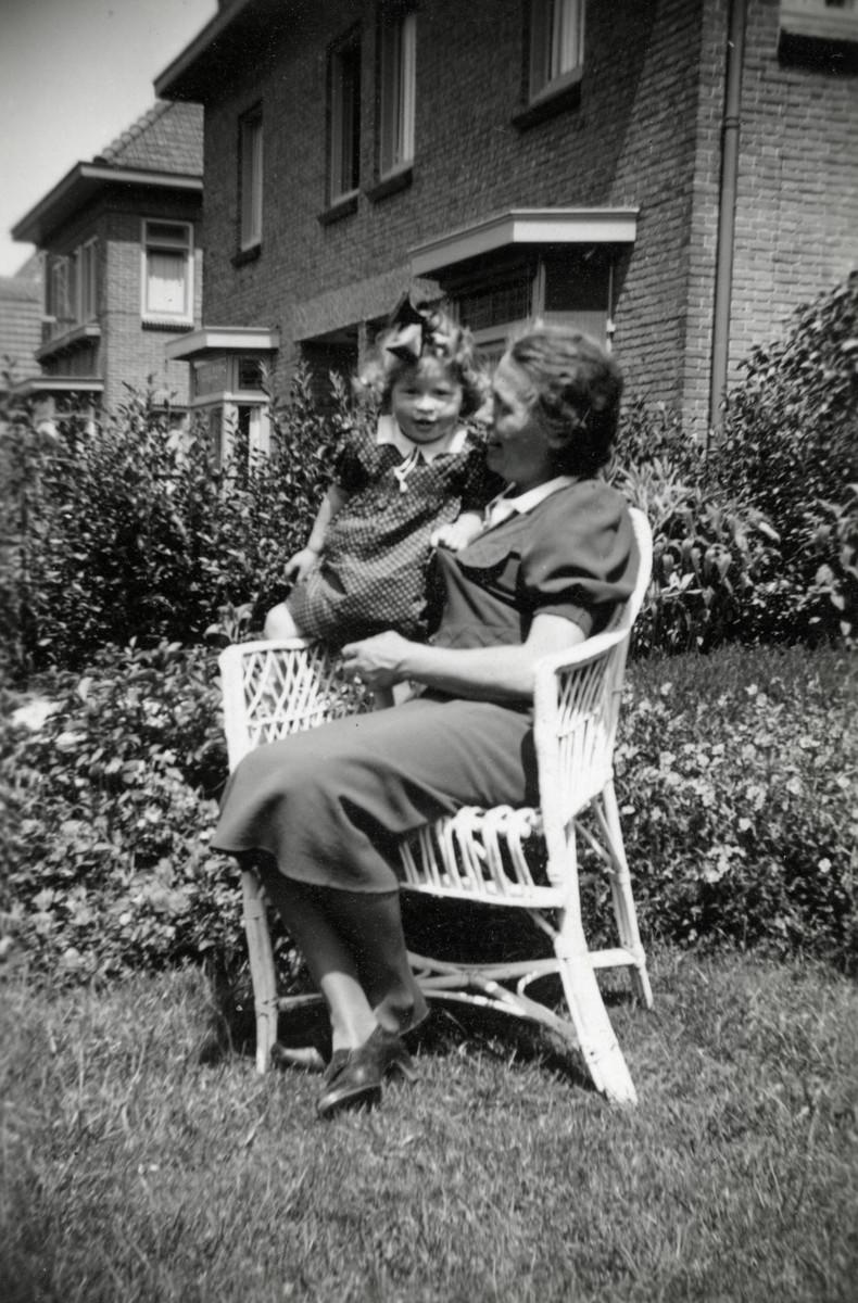 Betty Rosenbaum (alias Elizabeth Cornelia Andriessen) with her rescuer Bertha Hageman-Brinkman in her garden.