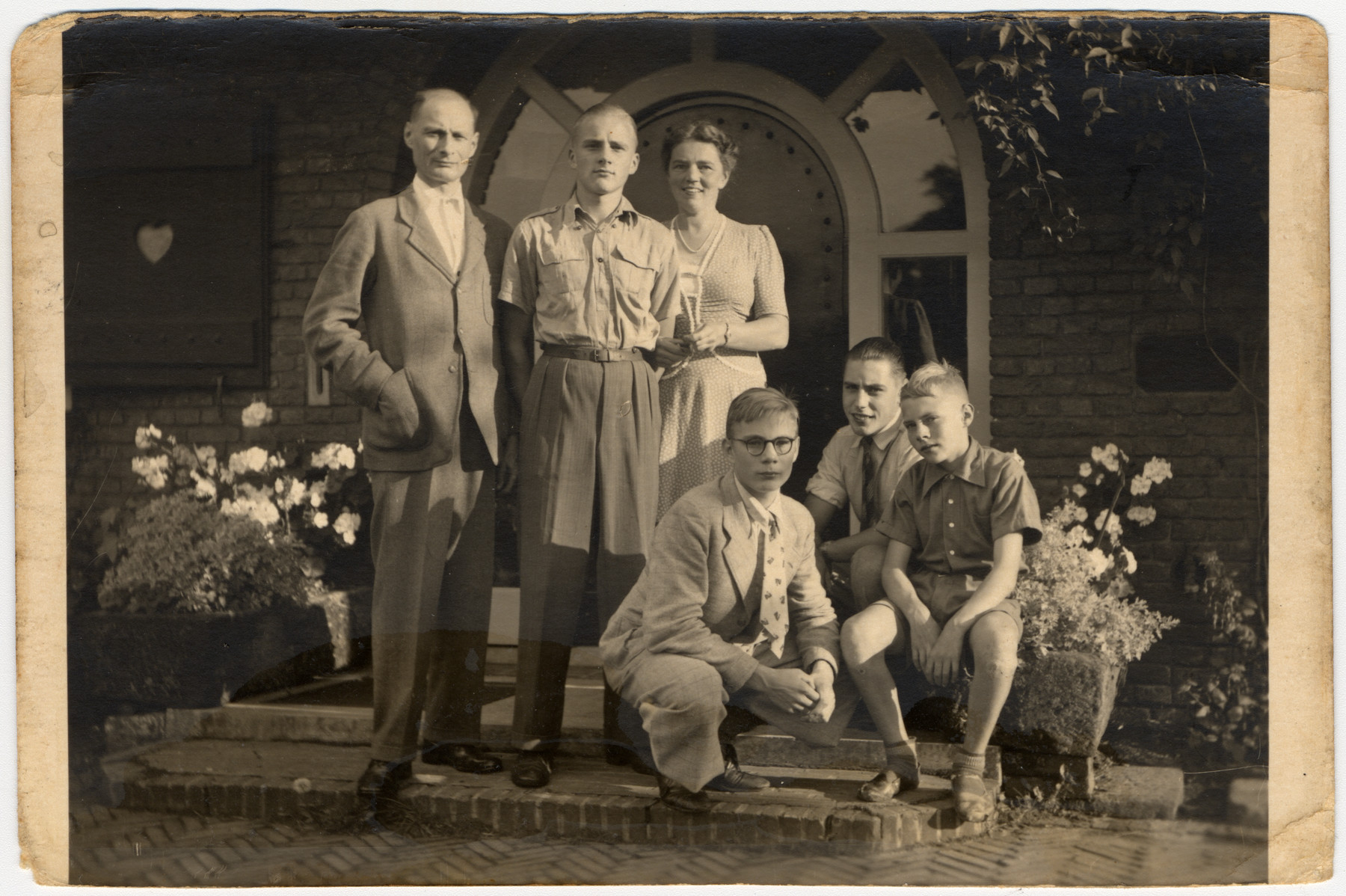 Portrait of the van Heek family, the rescuers of Isidoor and Clara van Dam.