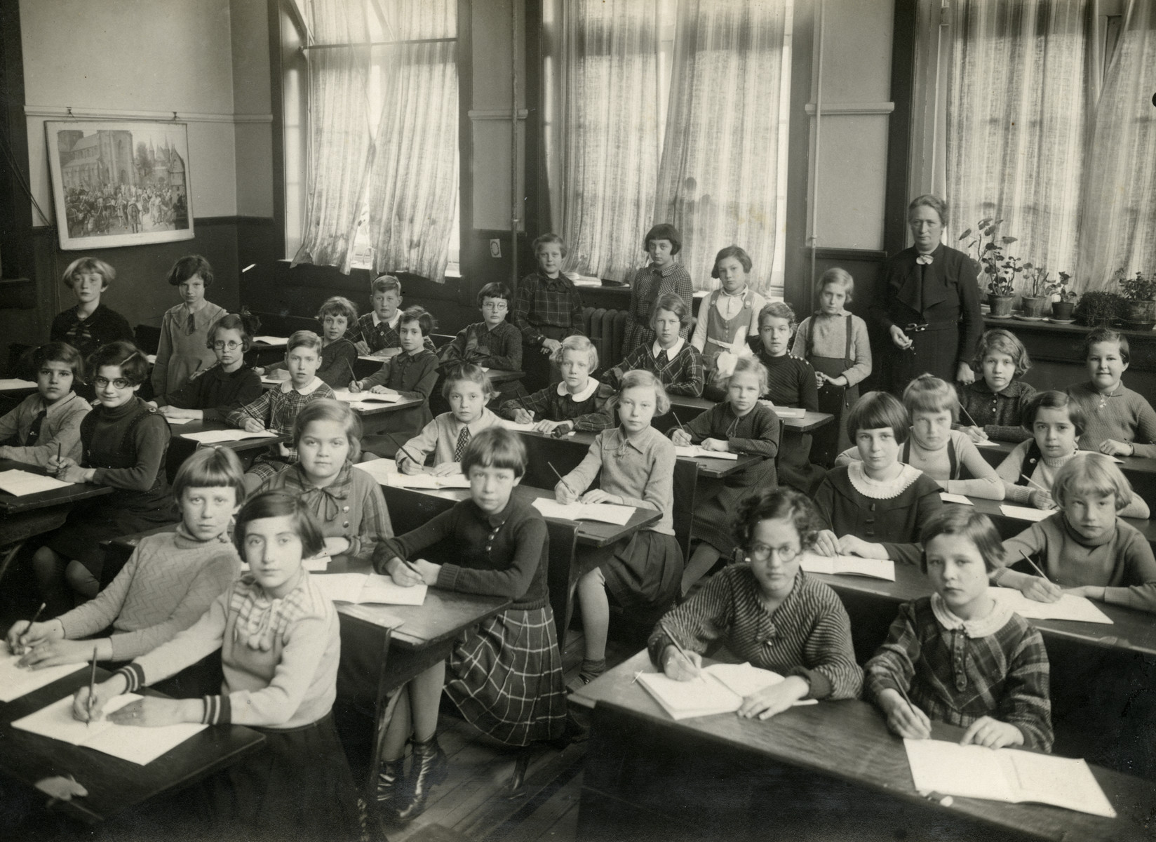 Girls in the fourth grade class in Dordrecht sit at their desks.  Margalit Lujten is sitting in the second row on the far right.  Also pictured is another Jewish girl, Mia Achteribbe, in the front row, second from the right.