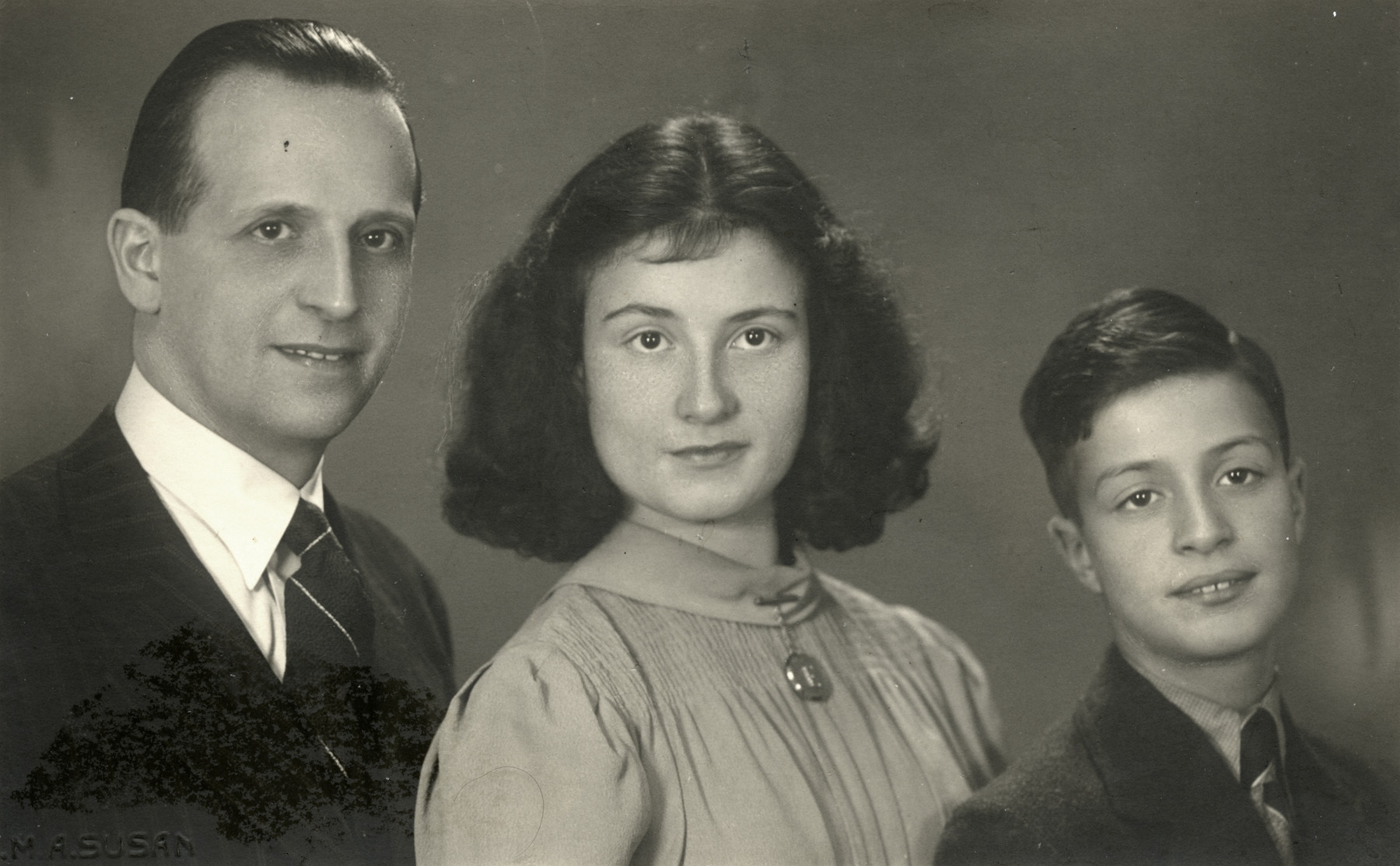 Studio portrait of David Cohen-Pariara with his two children Ellis and Bram.