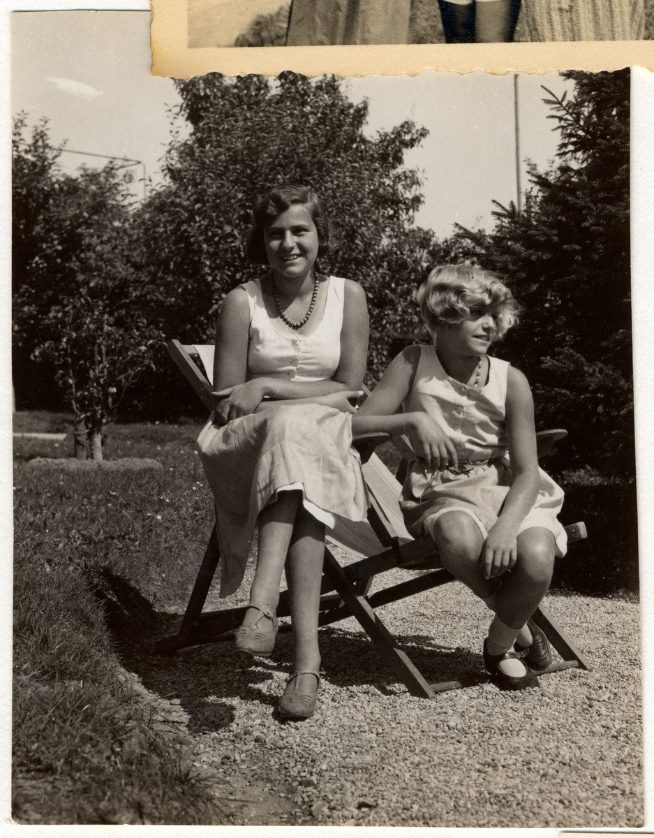 Mizi Politzer and her daughter Hedi relax while on vacation in Grundlsee.