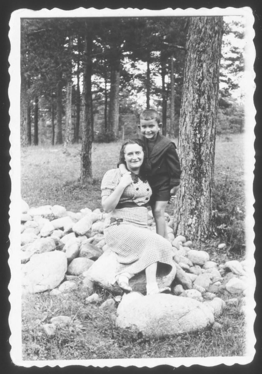 Lejb and Fejga Melamdowicz enjoy a family vacation in Dziaka
