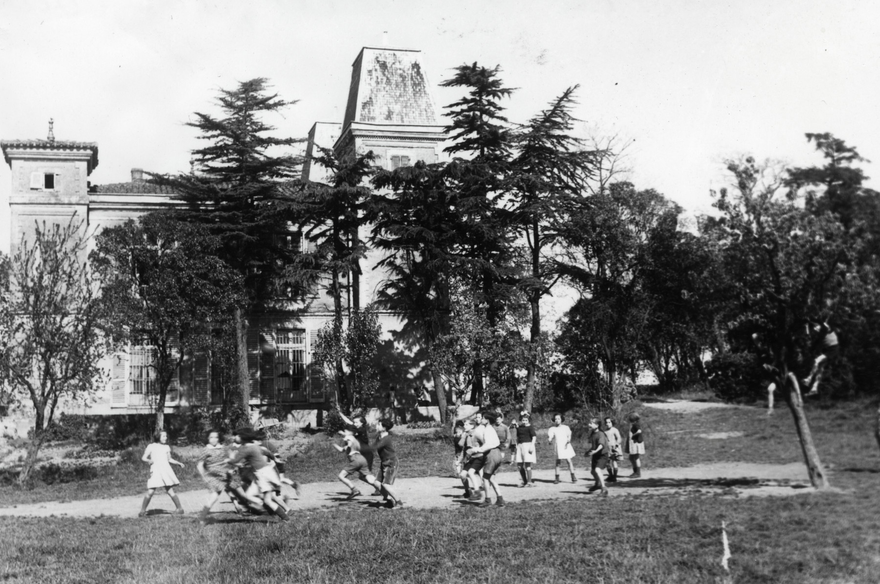 Children play outside at Chateau de Larade.