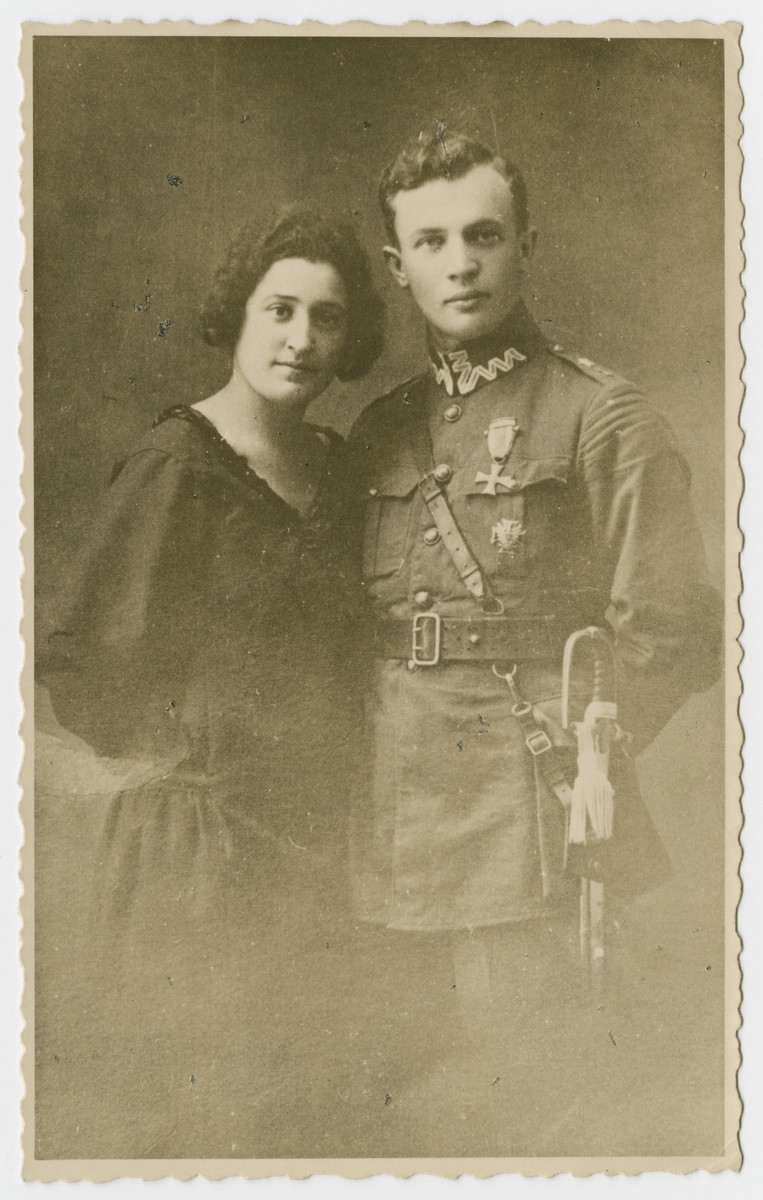 Portrait of Majer Mundlak, dressed in Polish military uniform, with his first wife.