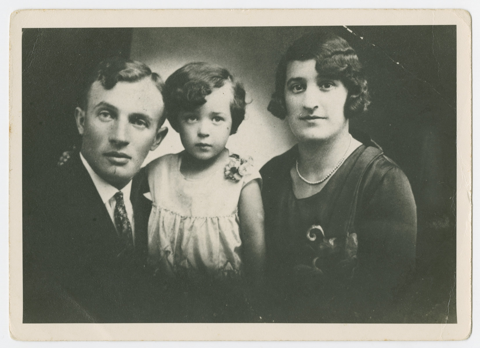 Portrait of Majer Mundlak with his first wife and child.