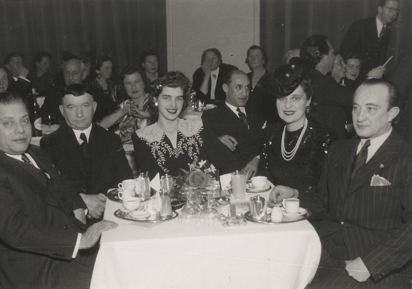 Col. Arturo Castellanos has dinner with George Mandel-Mantello and other friends.  From left to right are Col. Jose Arturo Castellanos, Mr. Erteschik, Maria Schurmann Castellanos, Mrs. Magda Denso (Deutsch) who came to Switzerland on Salvadoran papers and George Mandel-Mantello.