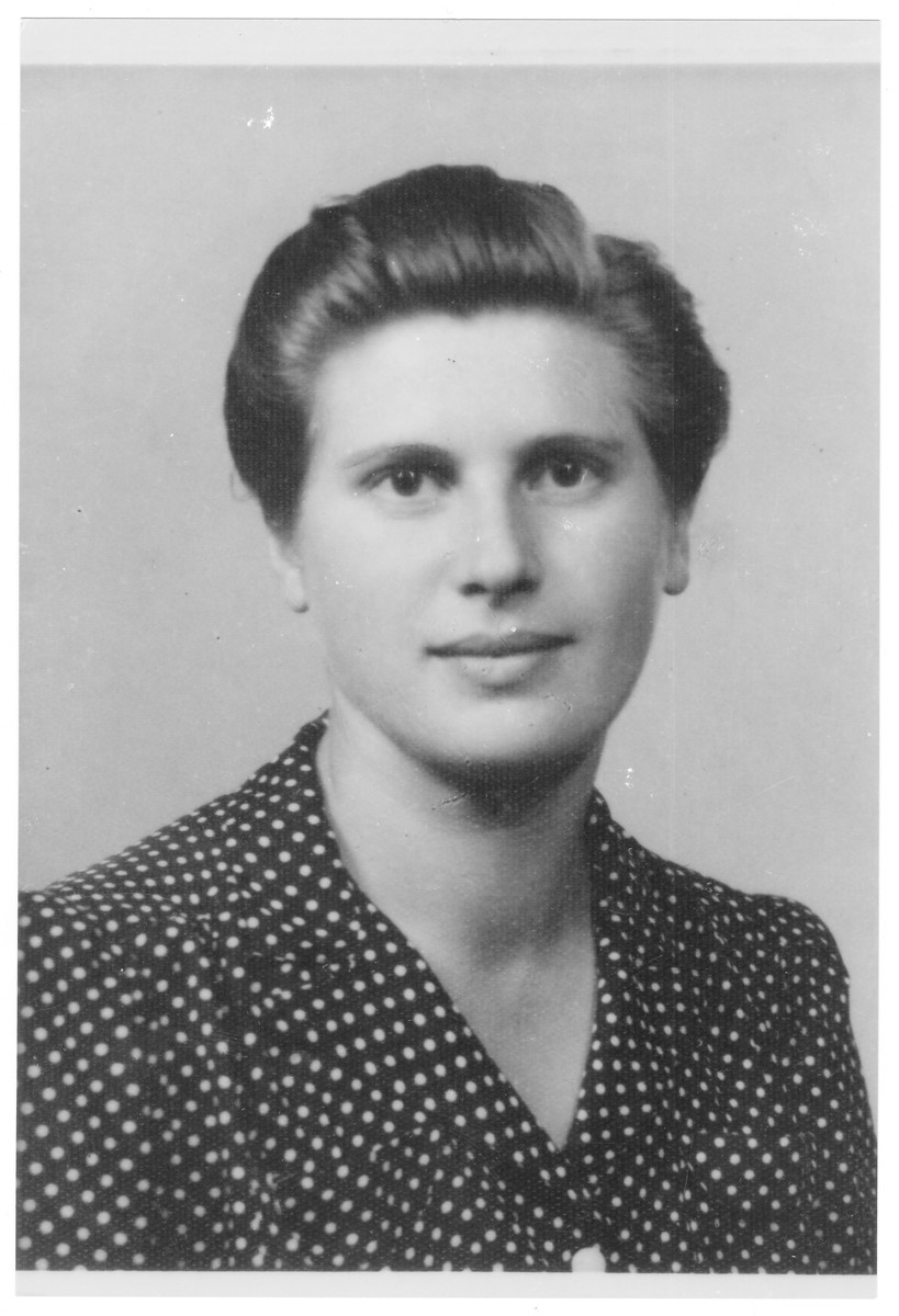 Portrait of Edit Schechter (later Esther Vardi), a member of the Hungarian Zionist youth resistance organization.