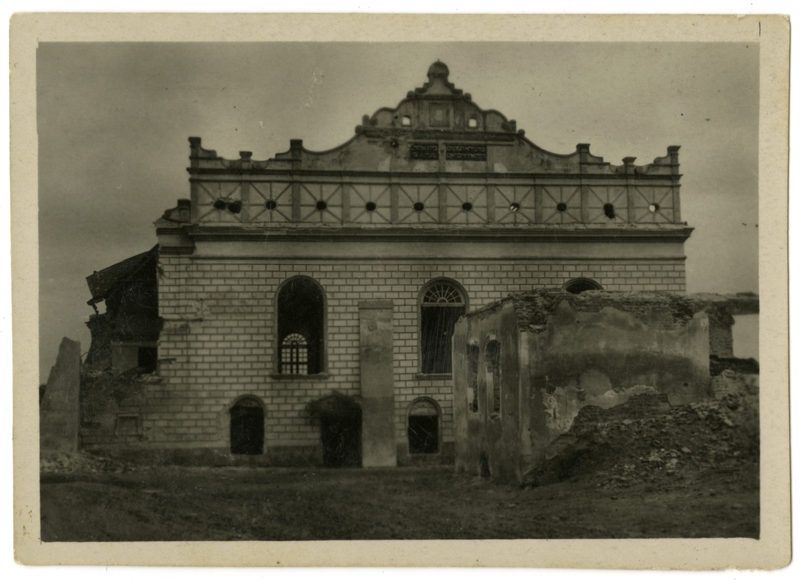 Exterior view of the destroyed synagogue in Ostrog.