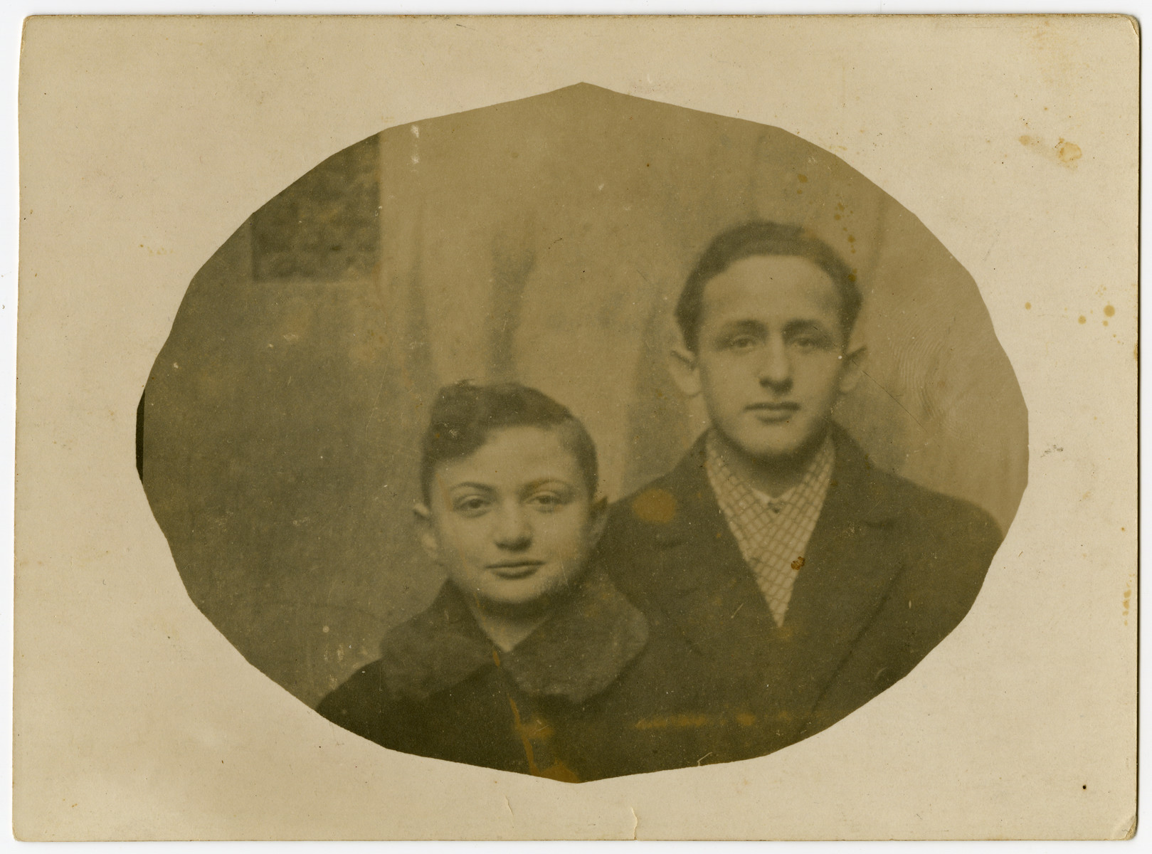 Close-up portrait of Dawid Szymin (Chim) and his cousin Mendele Segal.