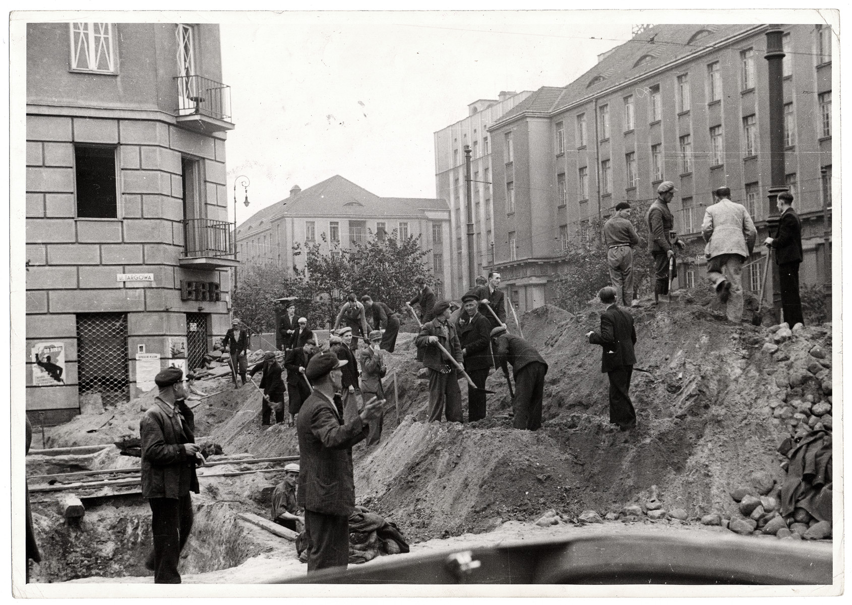 Poles dig trenches in Warsaw to protect the capital against German invasion.