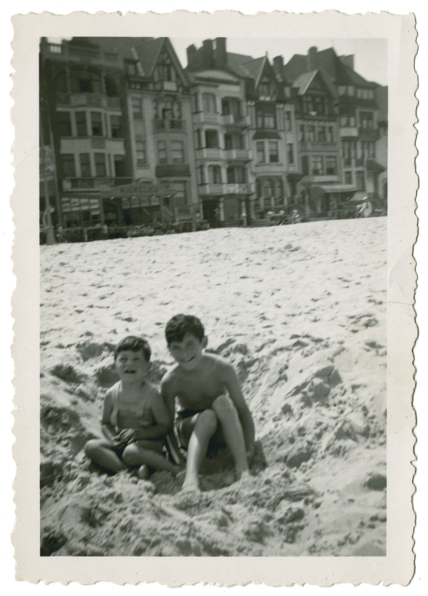 Fred and Leo Gross play in the sand during a beach vacation in Knokke.