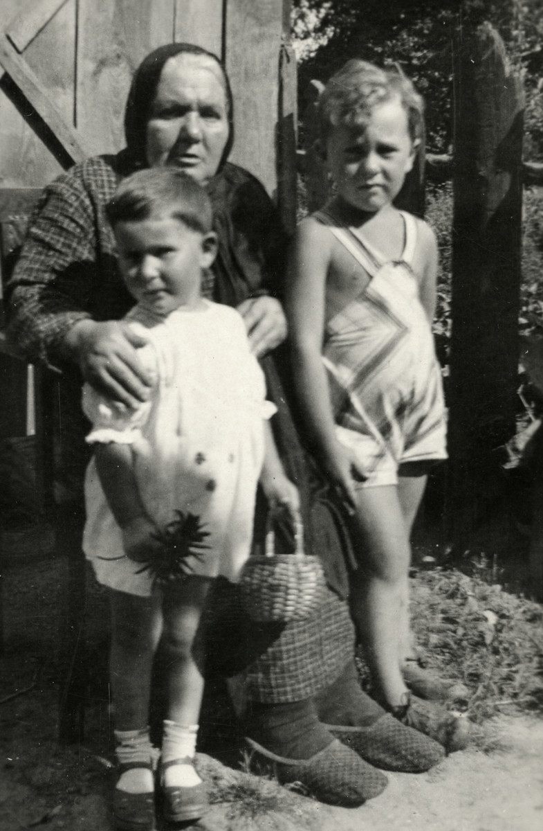 Bella Kaplan poses with her two grandchildren, children Rivka Siderer (left) and Shalom Kaplan (right).  Bella's husband was the rabbi of the village.  Rivka Siderer perished in Ziezmariai.