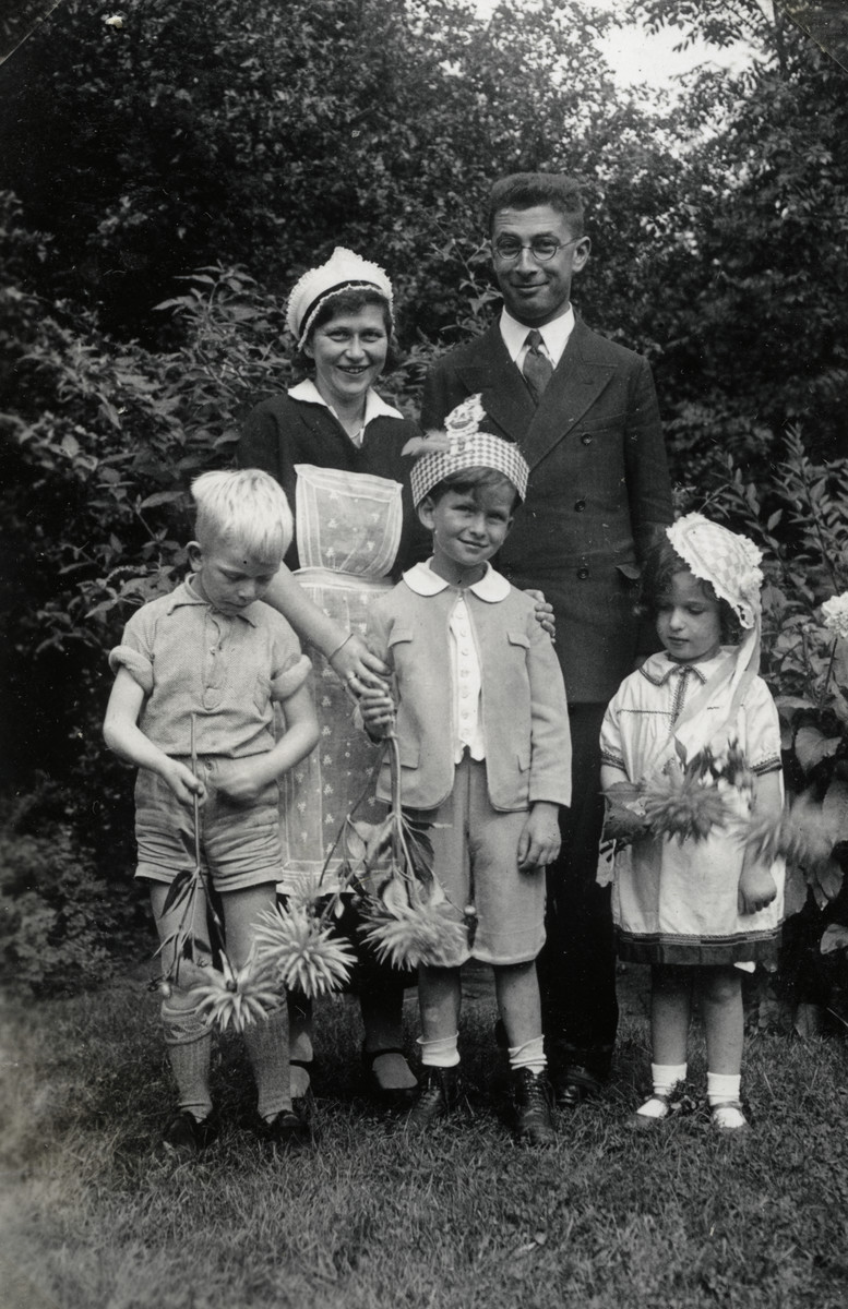 Children holding flowers pose with their father and [probably mother].  Pictured are (back, left to right): Annie Duyfetter (?) and Joseph Mossel; (front, left to right): Jan Roggeveen (a neighbor), Henriette, and  Benjamin Mossel.