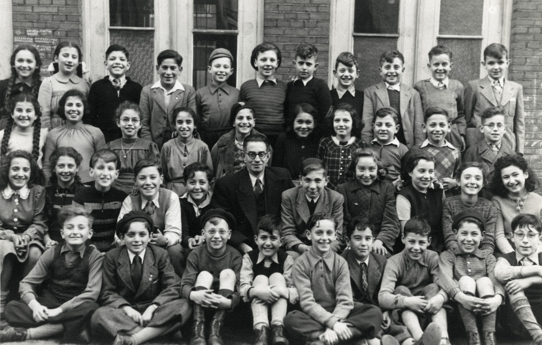Group portrait of the students in 6th Form at Rosh Pinna Elementary School.    Among those pictured are Terry Gans and Jossi Optsfeld.