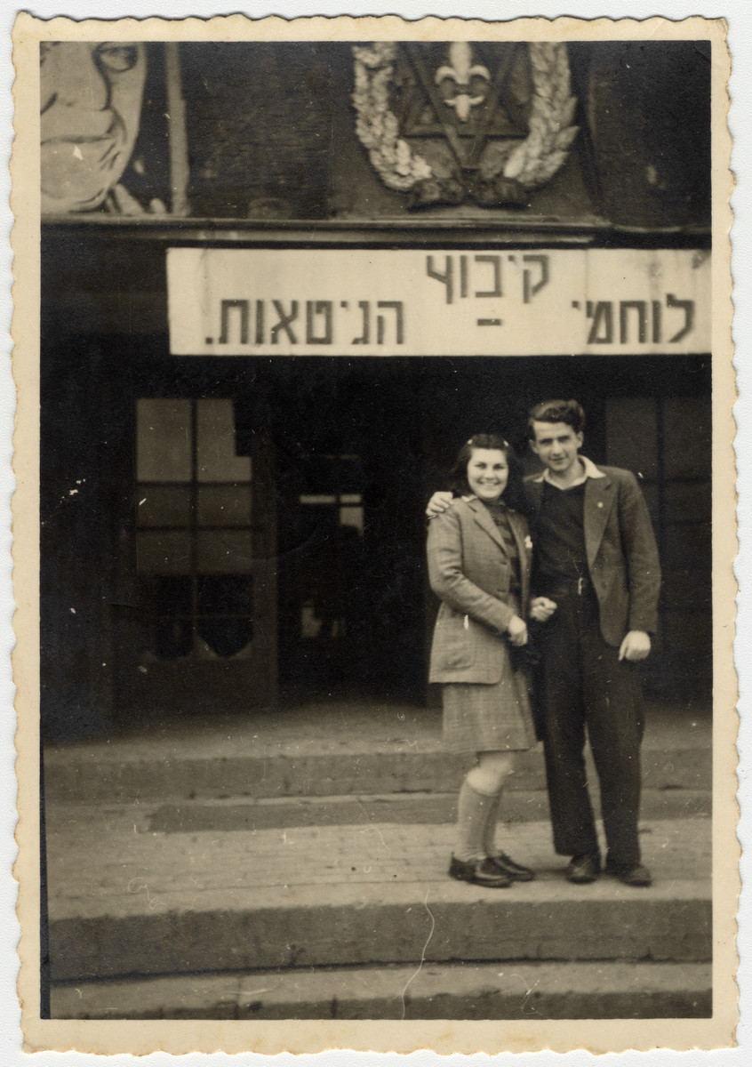 Willy Bogler poses with a young woman in front of the entrance to the Kibbutz Lohaimei Ha'geta'ot (Ghetto Fighters) in Eschwege.