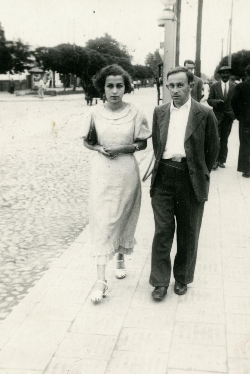 Ethel Rytt and Feivel Frankfowicz walk down a street in Kowel.