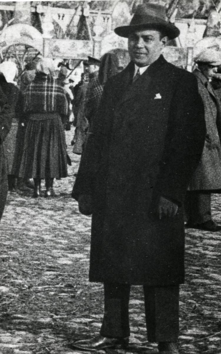Prewar photograph of Zoltan Meisels standing in an outdoor market.