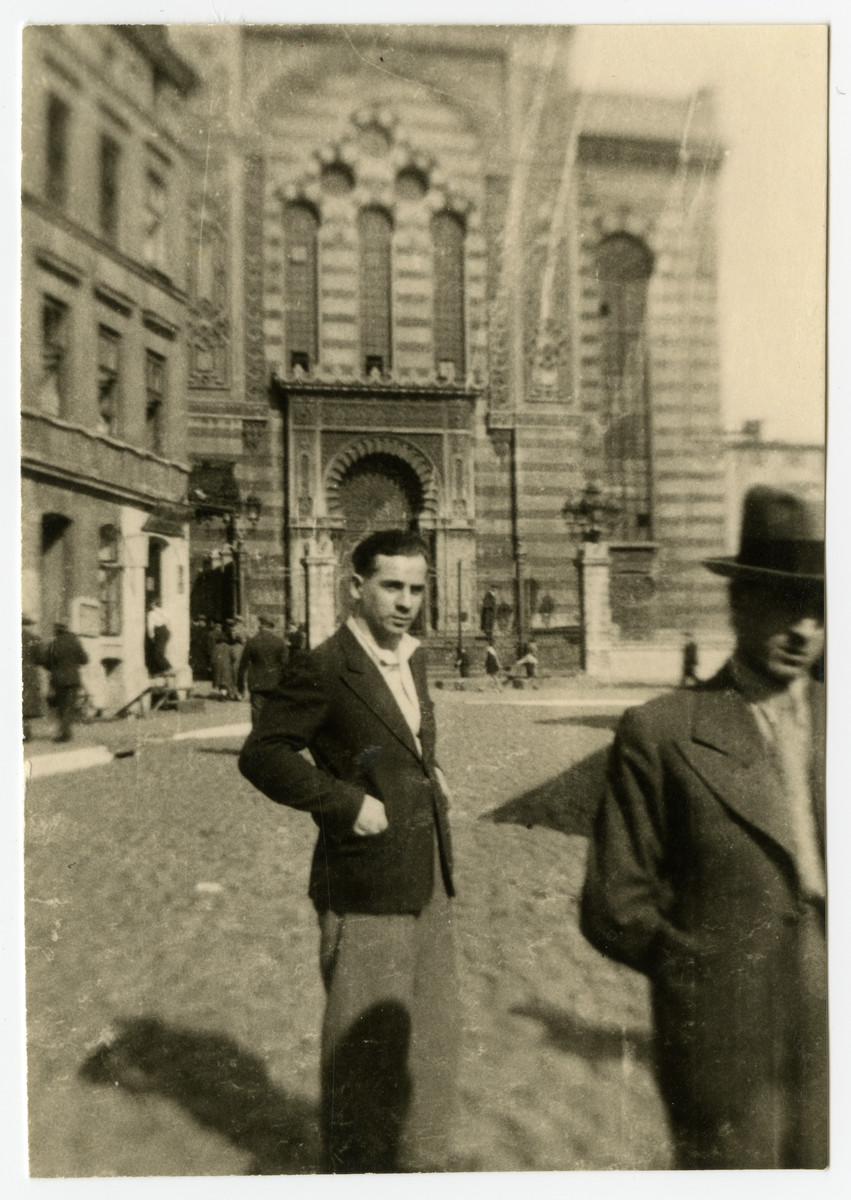 An unidentified man stands in front of the great synagogue in Lodz.