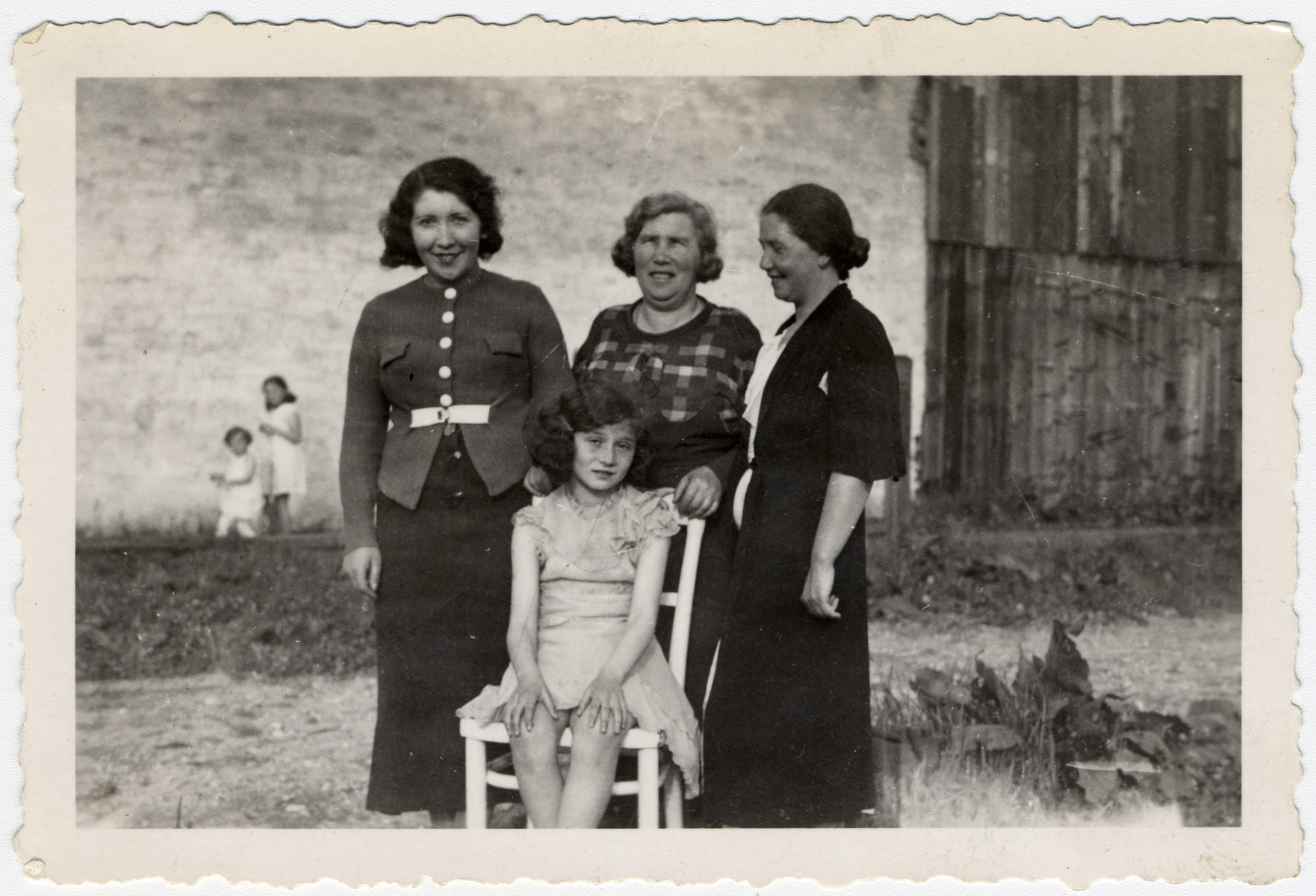 Group portrait Cesia Ritter (née Honig) pictured seated with mother, Malka Honig on right and two aunts to the left.