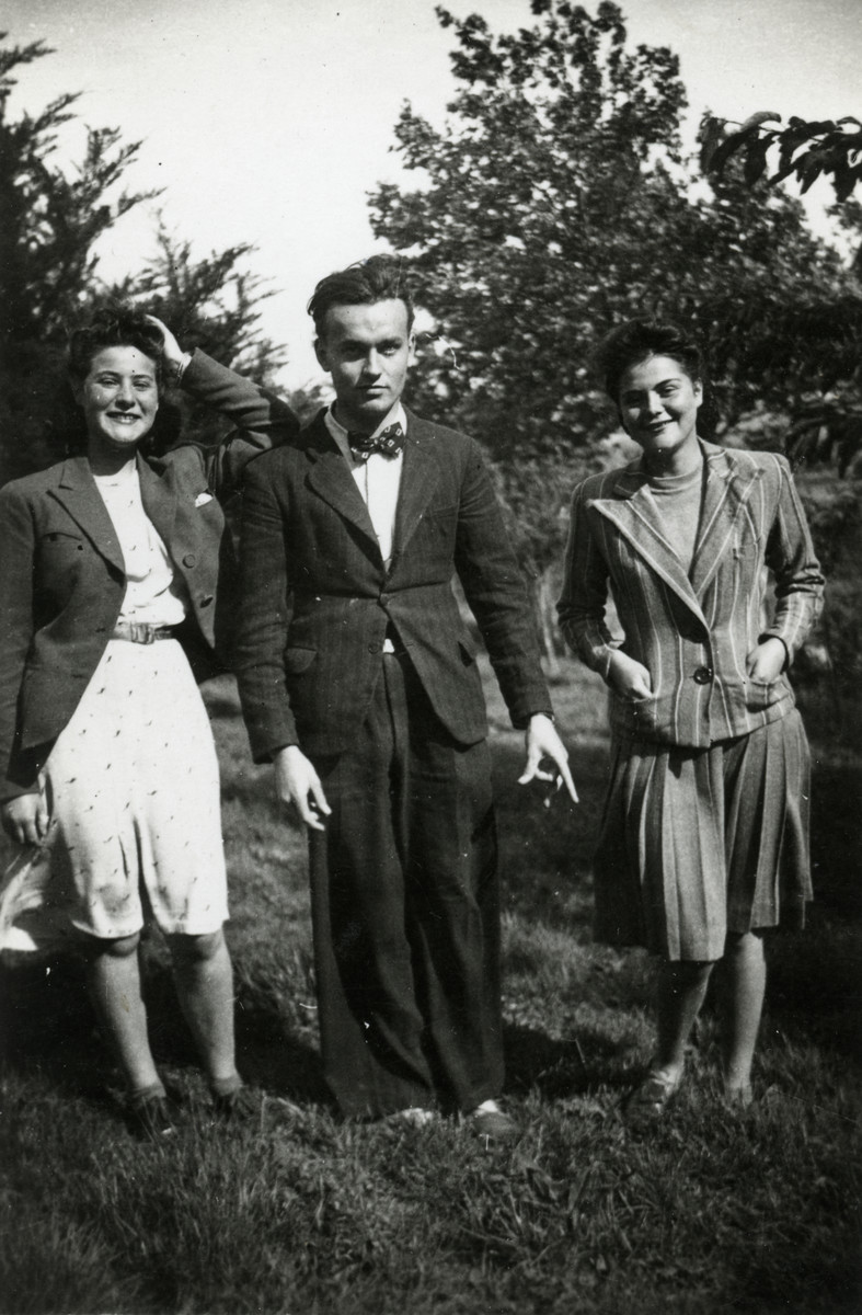 Two Belgian Jewish sisters pose with an unidentified man.  Malvine Reicher is on the left.  Fanny Reicher Cassorla is on the right.