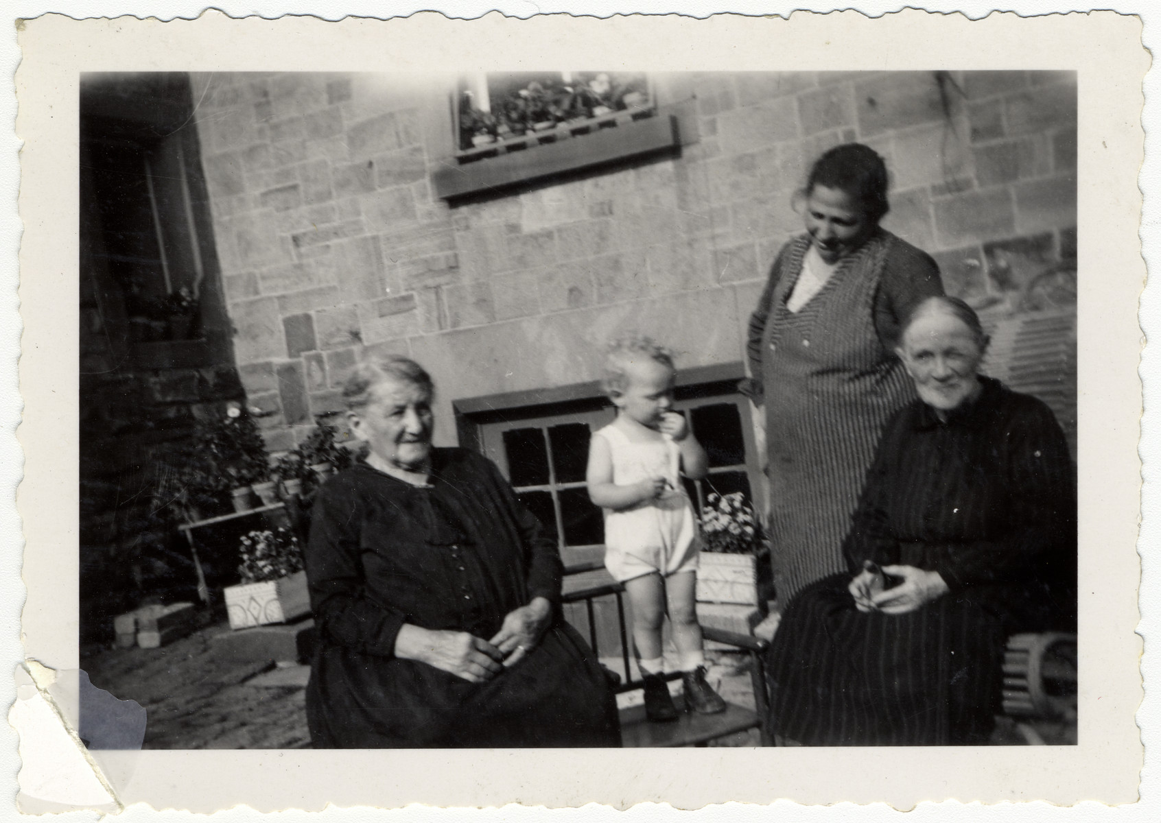 Richard Weilheimer visits with his maternal great-grandmother (right) and two other women in Mannheim.