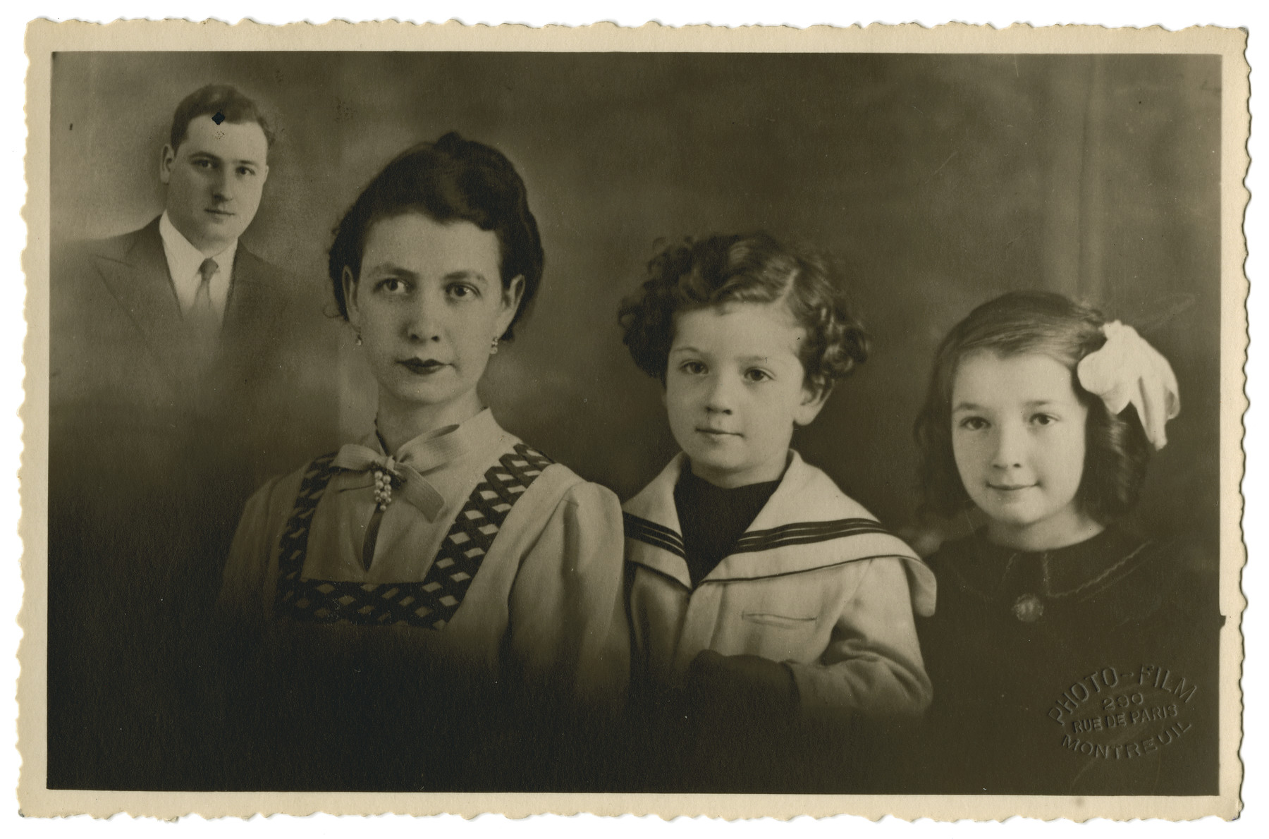 Studio portrait of the Zonendlich family; with the father who was already deported superimposed in the corner.  From left to right are Szmuel, Nacha, Joseph and Lucie Zonendlich.