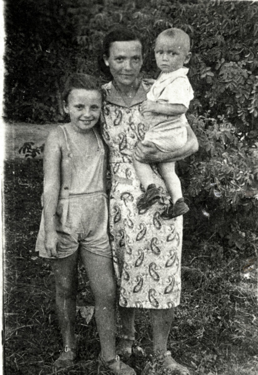 Zvia Korenzyer (left) poses with her aunt Rivka Nojgeboren and her cousin Aryeh Farbiash in Bukhara, Uzbekistan.