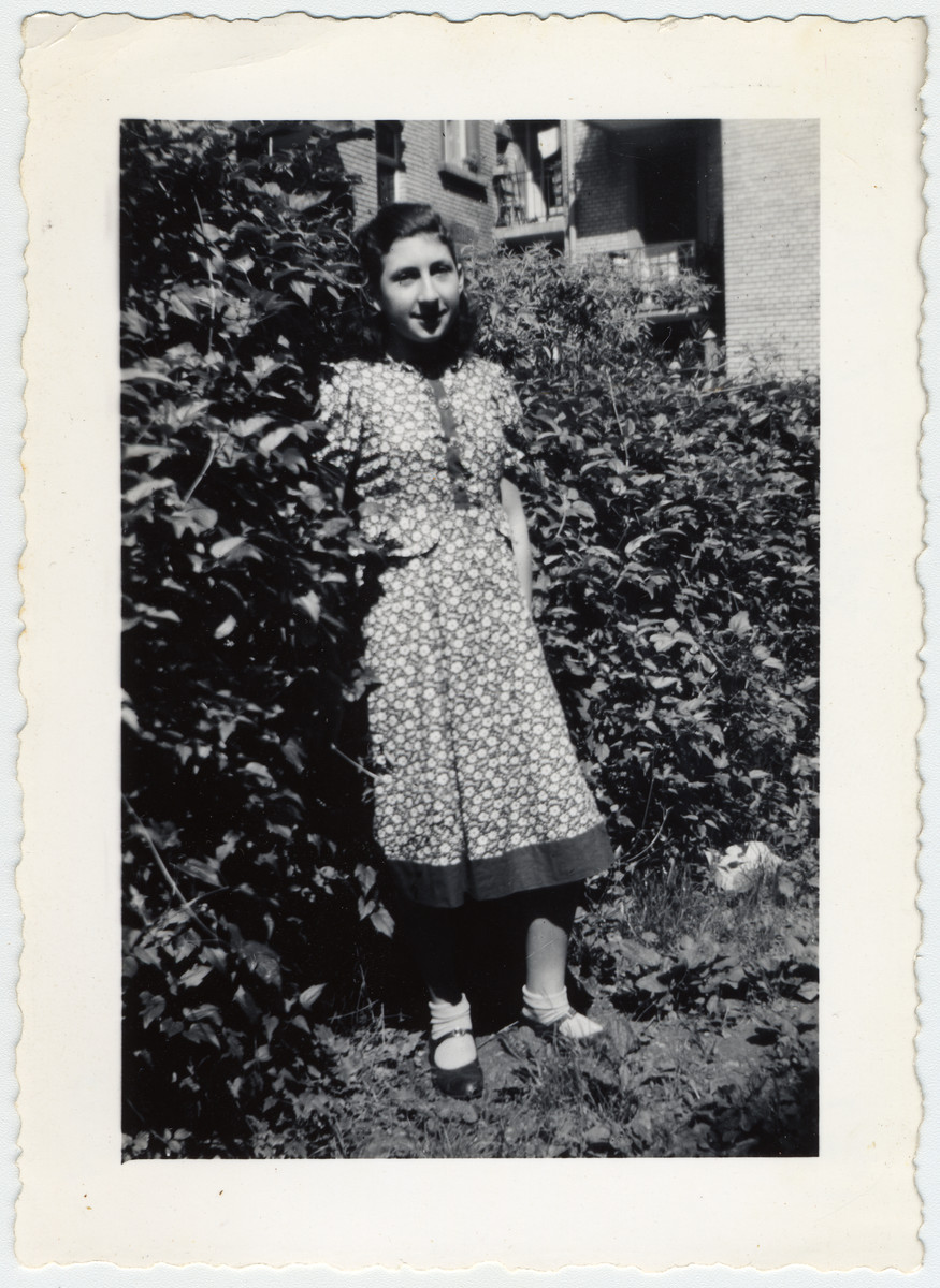 Edith Hutmacher stands in front of the bushes and poses for the camera in Zurich.