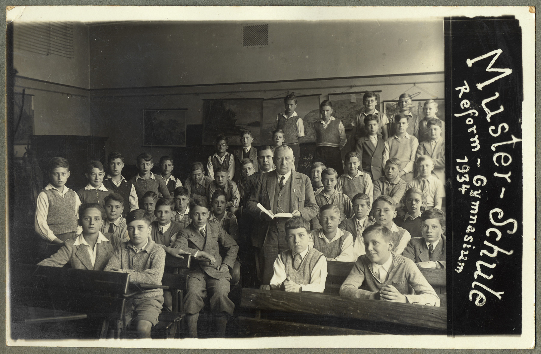 Class portrait of the boys in the Muster-Schule, Reform-Gymnasium.  Kurt Ehrenfeld is sitting on the left-hand side of the aisle, third row from the bottom, second from the right.