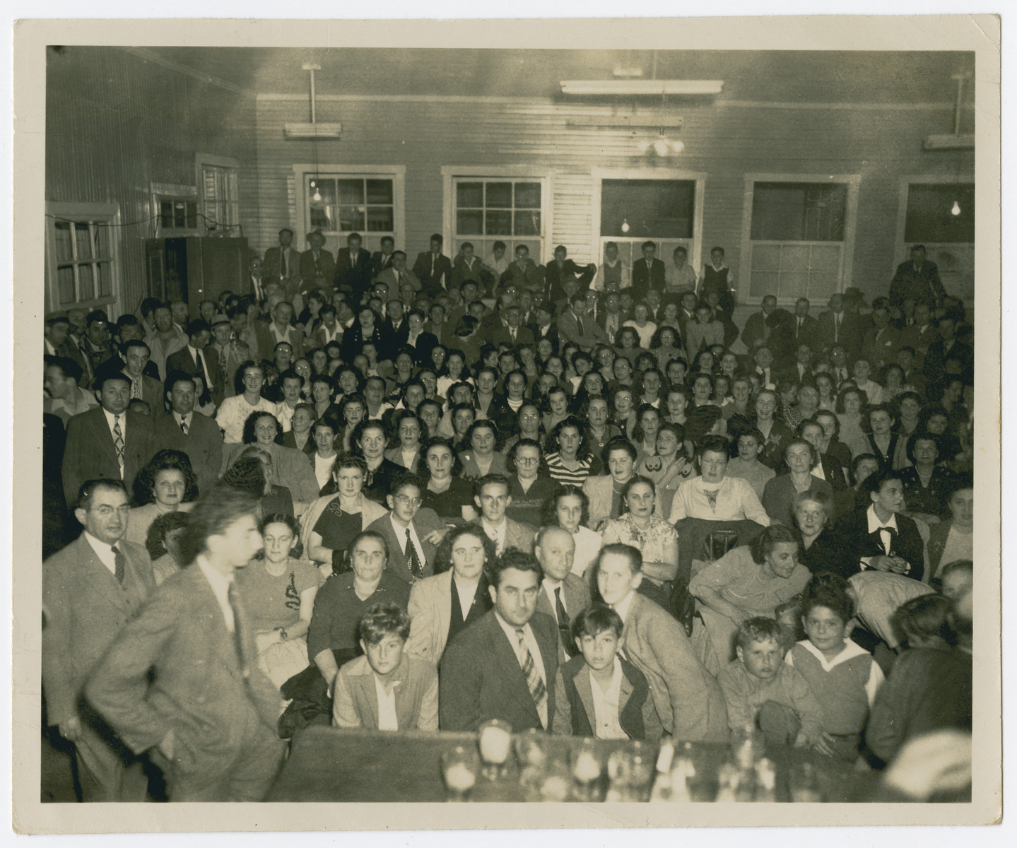 The Costa Rican Jewish communitiy gathers in a large meeting hall [possibly for a memorial service.]