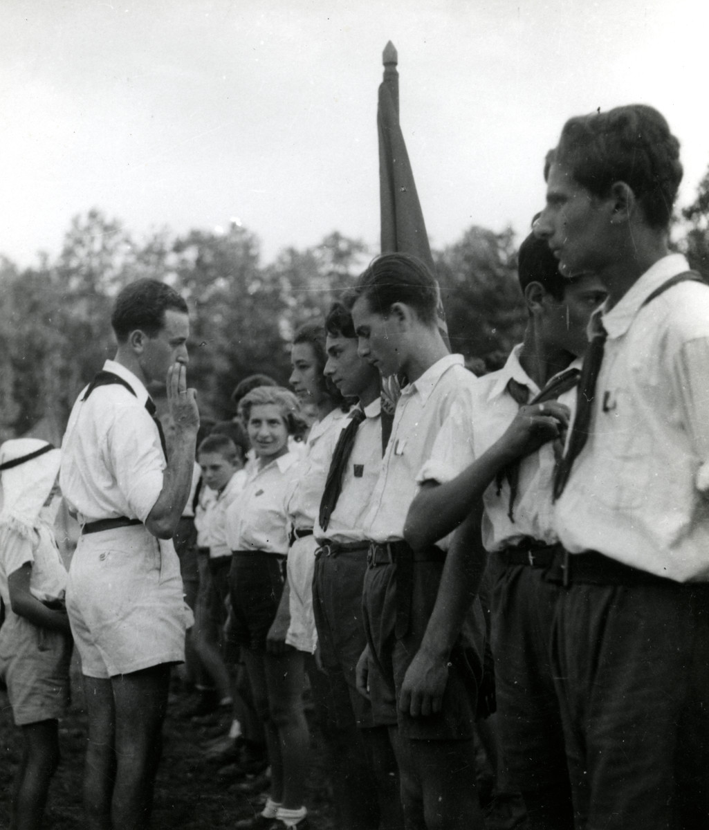 Ephra Teichman presides at a swearing in ceremony in Shomria, the Hshomer Hatzair Zionist summer camp.