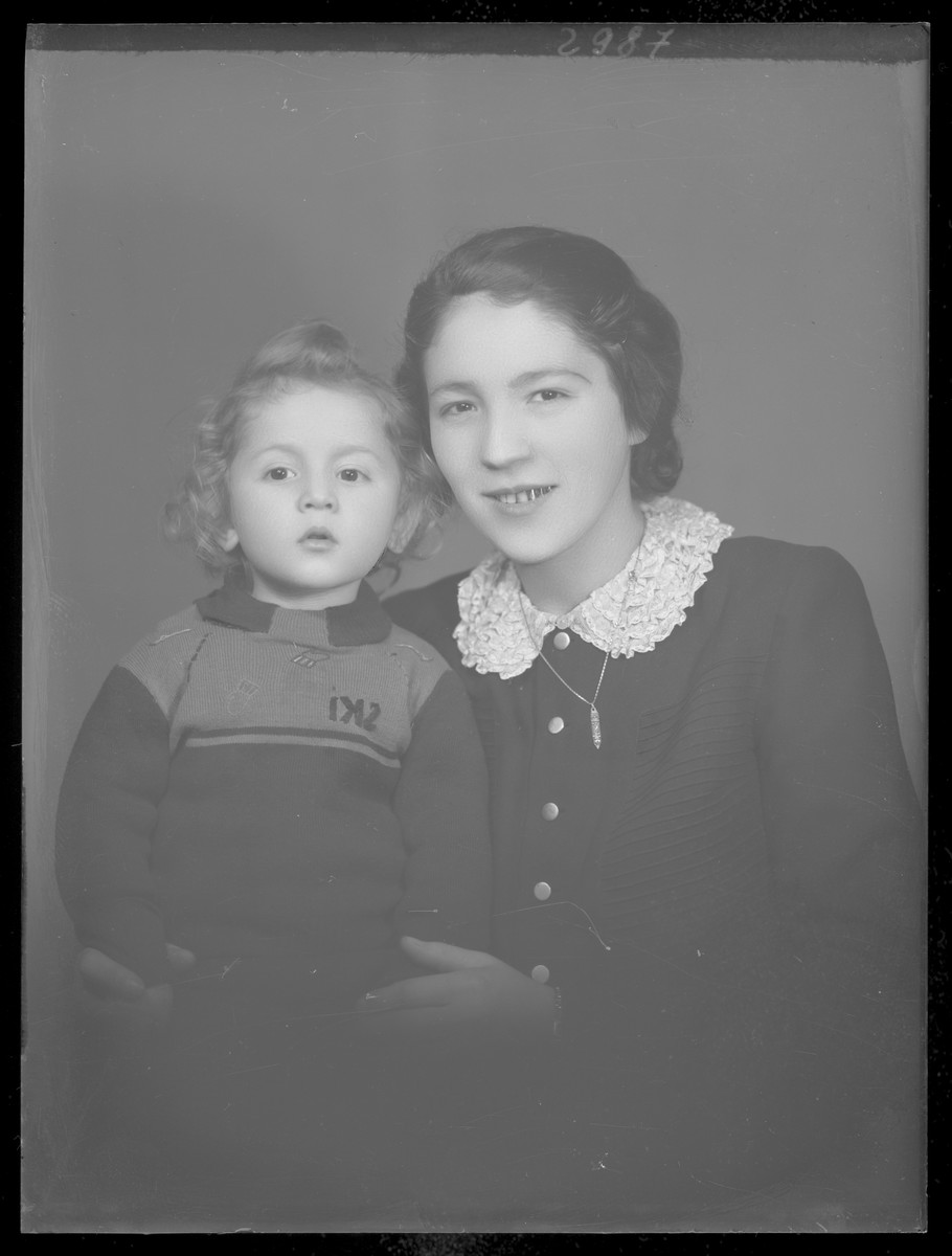 Studio portrait of the wife and child of Farkas Kaufman.