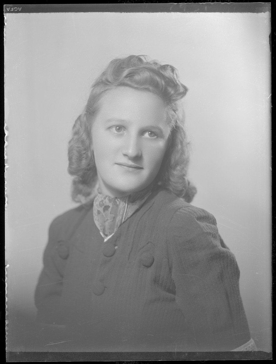 Studio portrait of Fride Kahan.