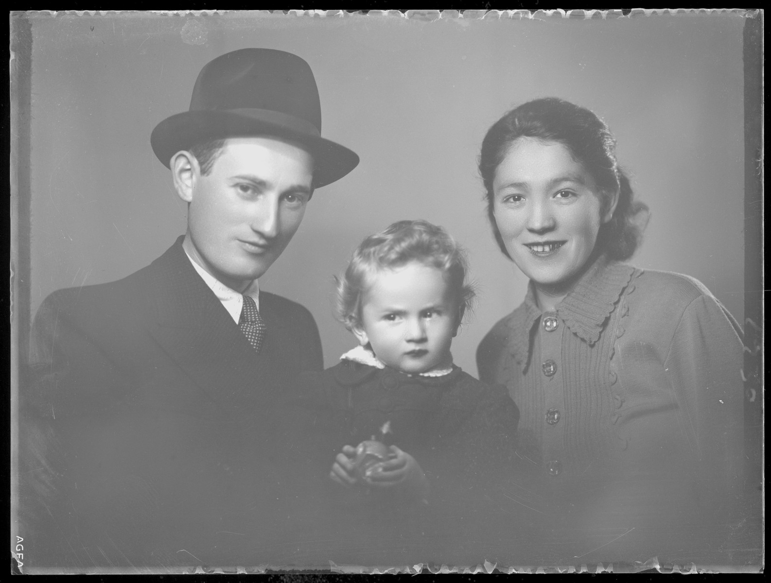 Studio portrait of the family of Farka Kaufman.