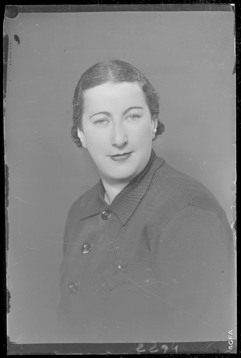 Studio portrait of [the wife of] Ignace Katz.