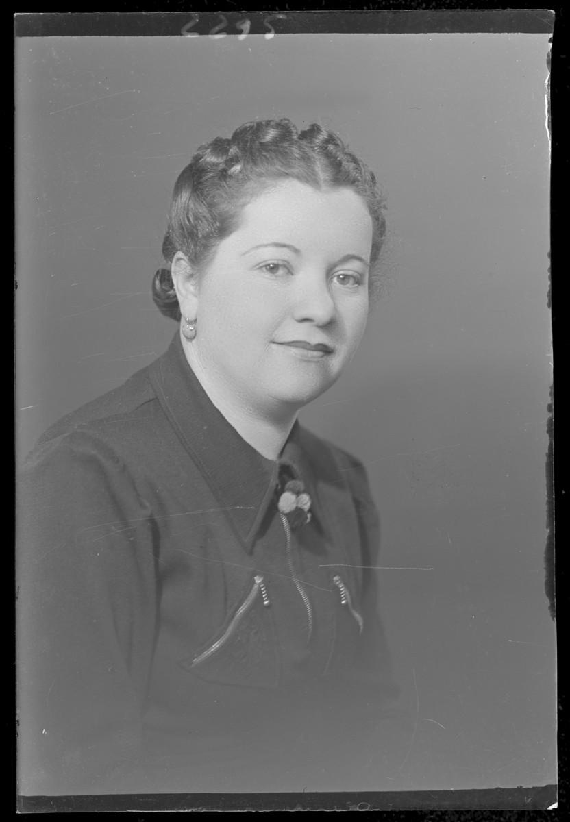 Studio portrait of [the wife] of Ignace Katz.