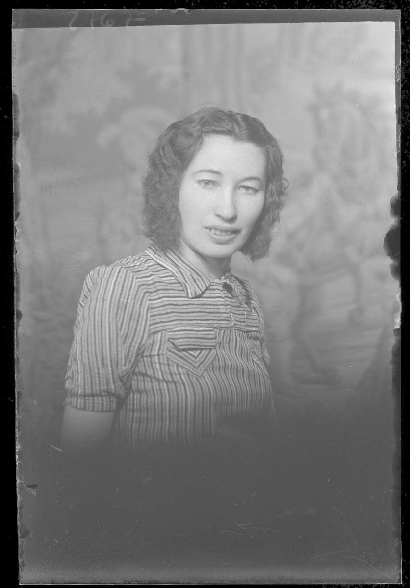 Studio portrait of Pepi Iszak.