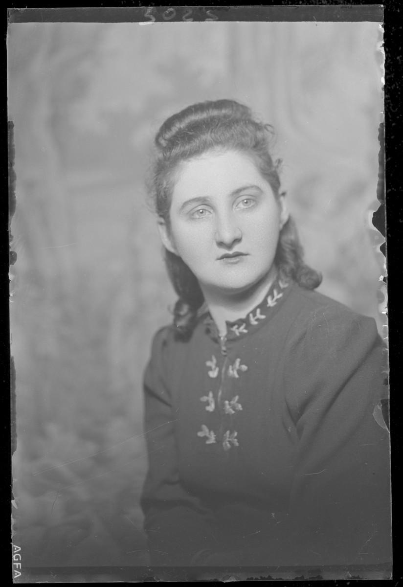 Studio portrait of Lenke Katz.