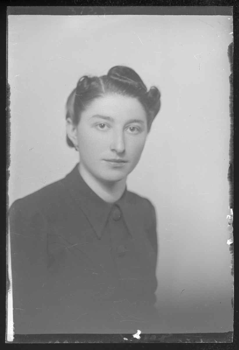 Studio portrait of Helen Iszak.
