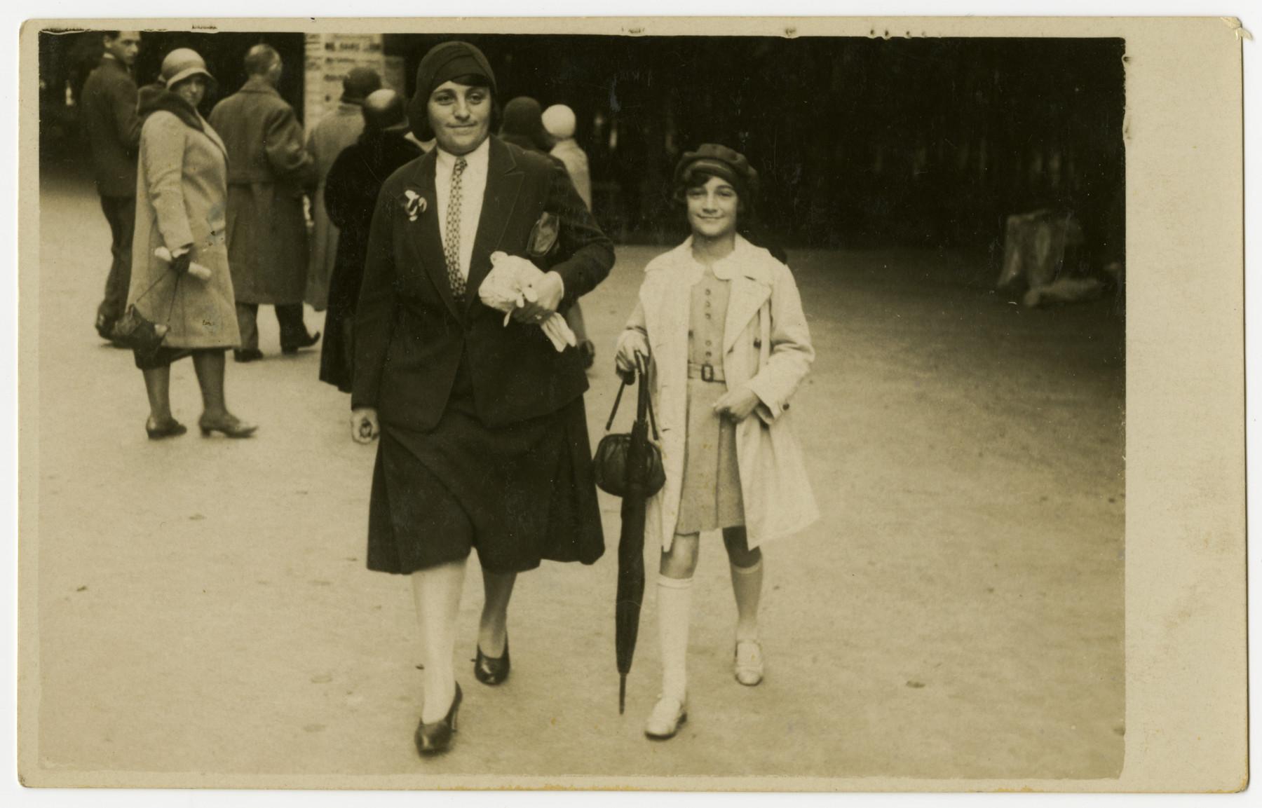 Hannie Reinsch and her daughter Helga walk down a street.