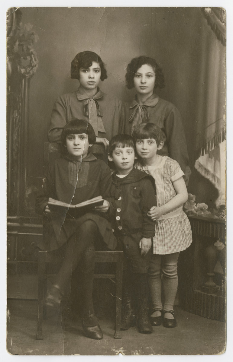 Studio portrait of the Lubochinski sisters and cousins.  Malka Lubochinski is seated on the left next to her brother's children .  Two of her sisters are on top (probably Rosa and Chana).